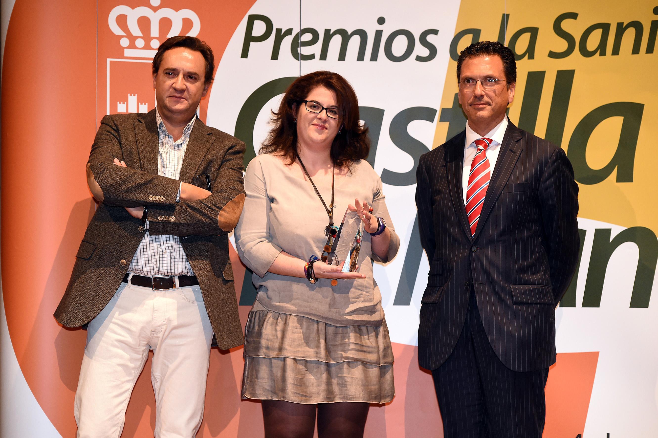 Rafael Carranza (i) junto a la doctora María Victoria Rivilla con el premio por el manejo de infecciones en Mancha Centro.
