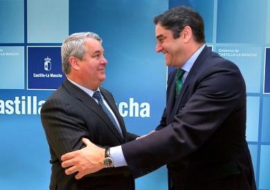 Tendilla tendrá un nuevo consultorio local en el centro de la localidad, consejero y alcalde tras la firma del acuerdo.