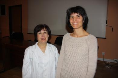 Amparo Onieva (i) y África Avilés, enfermeras de Medicina Interna encargadas de impartir la sesión