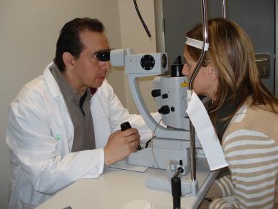 El jefe de Servicio de Oftalmología Julián Zúñiga examina a una paciente en el Hospital de Manzanares