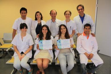 Las residentes premiadas posan con compañeros y responsables de Oftalmología.