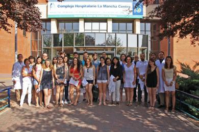 Foto de familia del acto de bienvenida de los estudiantes de prácticas verano.