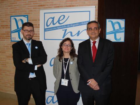 El director médico Juan Sánchez (d) ha acompañado a los organizadores del Symposium.