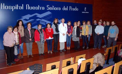 El gerente del Área Integrada de Talavera, José Mª Ruiz de Oña, junto a representantes de trece asociaciones del ámbito sanitario